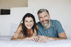 Para wydaje ich miesiąc miodowego w łóżku obrazy stock