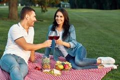 Para wznosi toast z czerwonych win szkłami zdjęcie stock