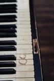 Para złoci pierścionki na rocznik fortepianowej klawiaturze Ślubni akcesoria tła czarny karcianego projekta kwiatu fractal dobreg zdjęcie stock