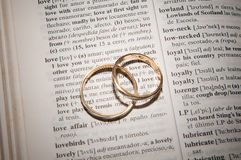 Para złociste obrączki ślubne Zdjęcie Royalty Free