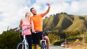 Para z bicyklami bierze selfie smartphone Zdjęcia Stock