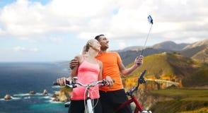 Para z bicyklu i smartphone selfie kijem Fotografia Royalty Free
