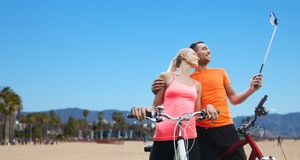 Para z bicyklu i smartphone selfie kijem Obrazy Stock
