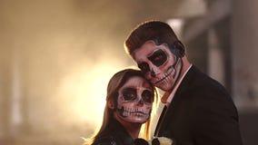 Para z ciemnym czaszki makeup na tle palenie dym i ogień zdjęcie wideo