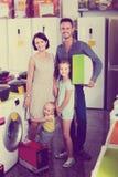 Para z dwa dzieciakami trzyma pudełkowatymi z nowymi elektronika obraz stock