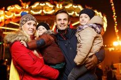 Para z dziećmi na ulicie Fotografia Stock
