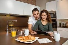 Para z elektroniczną pastylką i kredytową kartą zdjęcie stock