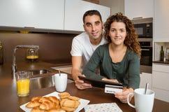 Para z elektroniczną pastylką i kredytową kartą obraz stock