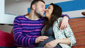 Para z kobietą w ciąży relaksuje na kanapie zdjęcie wideo