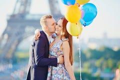 Para z kolorowymi balonami blisko wieży eifla Obrazy Stock