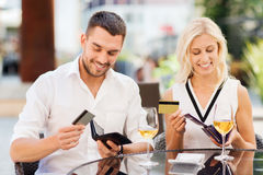 Para z kredytowymi kartami płaci rachunek przy restauracją Fotografia Stock