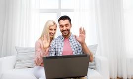 Para z laptopem ma wideo wezwanie w domu zdjęcia royalty free