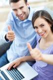 Para z laptopem pokazuje aprobaty Zdjęcia Stock