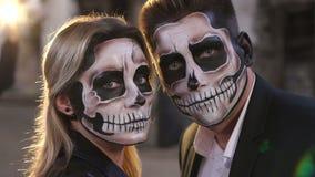 Para z okropnym makeup dla Halloween stojaka przeciw płonącemu ogieniowi zbiory