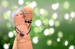 Para z palcem stawia czoło przytulenie i całowanie Zdjęcie Stock