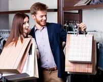 Para z papierowymi torbami jest w sklepie Obraz Stock