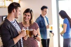 Para z piwnym kubkiem w barze Fotografia Stock