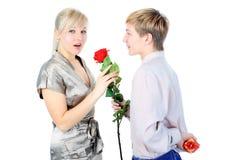 Para z prezentem i kwiatem Obrazy Royalty Free