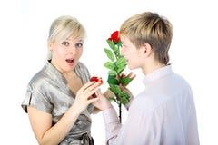 Para z prezentem i kwiatem obraz stock