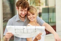 Para z projekta projekta budynkiem planuje plenerowego Zdjęcia Stock