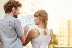 Para z projekta projekta budynkiem planuje plenerowego Zdjęcie Royalty Free
