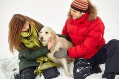 Para z psem na zimie Fotografia Stock