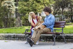 Para z psem w parku zdjęcie stock