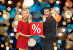 Para z rabatem podpisuje bożonarodzeniowe światła Fotografia Royalty Free