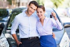 Para z samochodowymi kluczami Obrazy Royalty Free