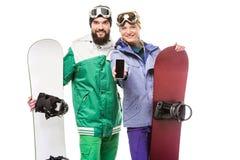 Para z snowboards pokazuje smartphone Obrazy Royalty Free