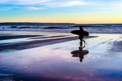 Para z surfboards przy zmierzchem obraz stock