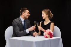 Para z szkłami szampan przy restauracją Obraz Stock