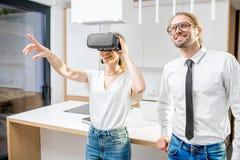 Para z VR szkłami w kuchni fotografia royalty free