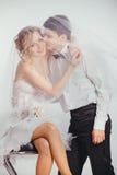 Para zakrywająca z przesłoną państwo młodzi Fotografia Royalty Free