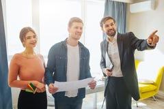 Para zakup lub czynszu mieszkanie wpólnie Transakcja biznesowa i rozmowa Pośrednik handlu nieruchomościami punkt naprzód Szczęśli obraz royalty free
