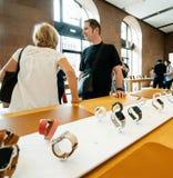 Para zakupy dla Jabłczanych zegarek serii 4 w Apple Store obrazy royalty free