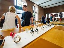 Para zakupy dla Jabłczanych zegarek serii 4 w Apple Store fotografia stock
