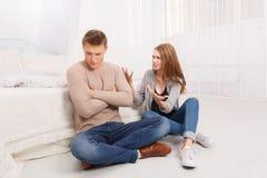 Para znajduje out związek w sypialni na podłoga Obrazy Royalty Free