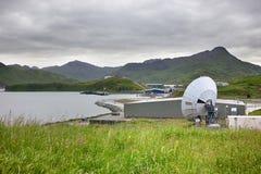 Parabolantenn av den Unalaska flygplatsen Fotografering för Bildbyråer