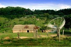 Parabolantenne im Dorf Stockbild
