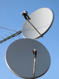 Parabolische antenne (antenne), satellietpyloon, draad Royalty-vrije Stock Afbeeldingen