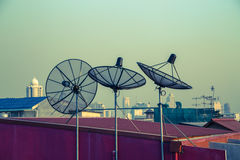 Parabolische antenne op de daken van Bangkok Royalty-vrije Stock Foto