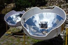 Parabolische zonneverwarmers voor warm water, Pangboche, Everest-trek van het Basiskamp, Nepal royalty-vrije stock foto's