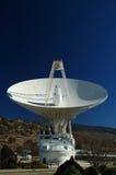 Paraboloïde d'antenne par radio image stock