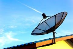 Paraboloïde de satellite de télécommunications Images libres de droits