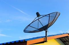 Paraboloïde de satellite de télécommunications sur le toit Image stock