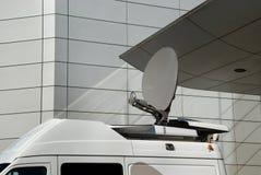 Paraboloïde de satellite mobile de medias Images libres de droits
