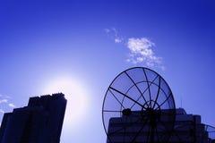 Paraboloïde noir de satellite de télécommunications d'antenne photographie stock libre de droits