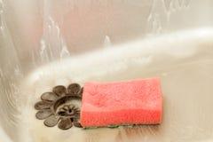 Paraboloïdes de lavage Évier de cuisine avec l'éponge de mousse Photos libres de droits