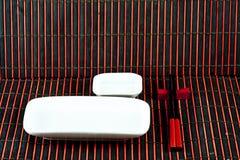 Paraboloïdes de sushi sur les couvre-tapis en bambou Photos stock
